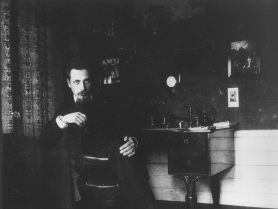 Rilke at writing desk 572 x 429