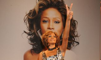 Whitney-Houston-peace symbol