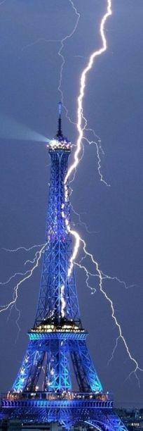 paris amazing lightning striking eiffel tower