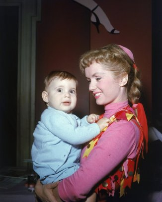 carrie-fisher-baby-with-mom-debby